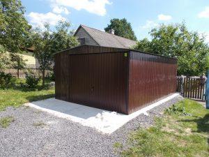brązowy garaż blaszany
