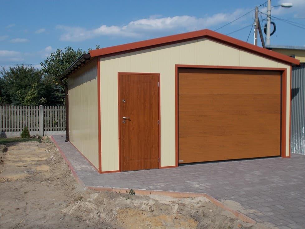 garaż blaszany z drzwiami