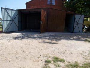 garaż blaszany z otwartymi drzwiami